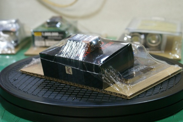 収縮したフィルムによって商品が台紙に固定されました