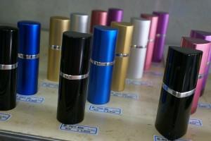 様々なカラーバリエーションの口紅タイプ催涙スプレー
