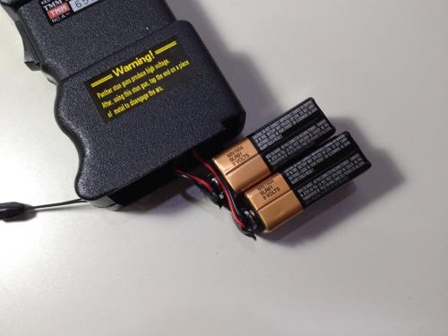 スタンガンの電池の接続方法 電池を重ね、リード線を調整する