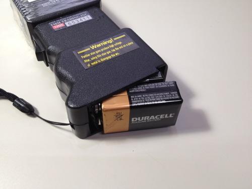 スタンガンに電池を挿入する