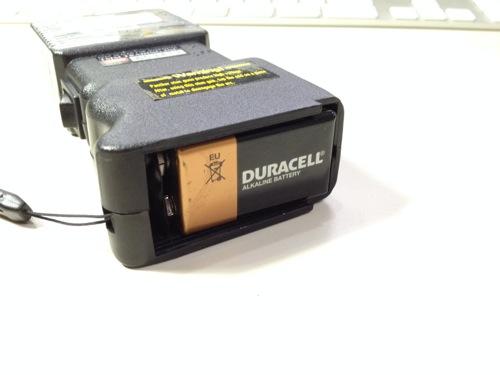 電池の挿入が終わったスタンガン