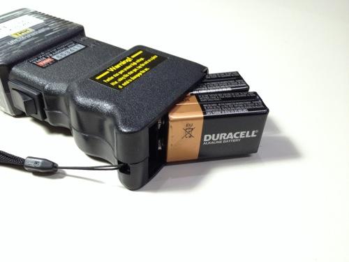 スタンガンに電池を挿入