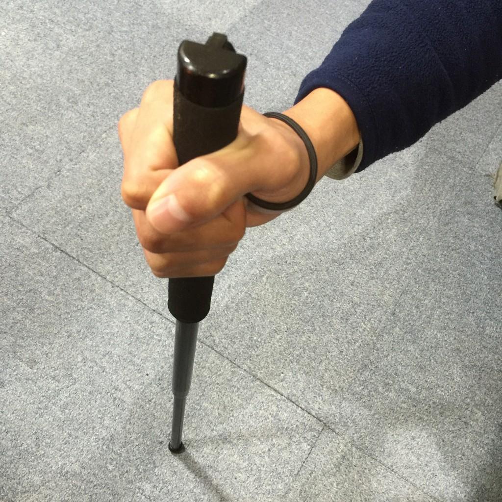 固くて縮まらない特殊警棒の縮め方