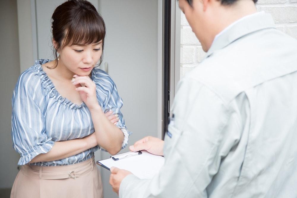 女性の一人暮らしで訪問者の危険を防ぐ方法
