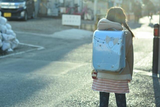 一人で通学する子供