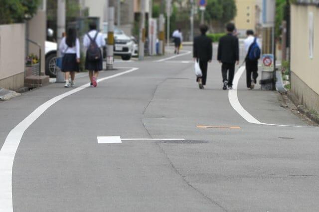 人通りのある通学路