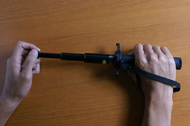 メカニカルロック特殊警棒の伸ばし方